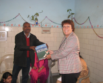 HE-Jan-Henderson-New-Zealand-High-Commissioner-visits-Seelampur-slum-210x170