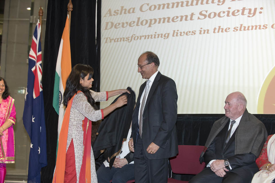 Usha presents a shawl to Mr Peter Varghese AO, Secretary of the Australian Department of Foreign Affairs and Trade, and former Australian High Commissioner to India